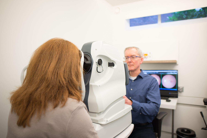 Wij maken een netvliesfoto en een CT-scan van je oog met de modernste apparatuur.